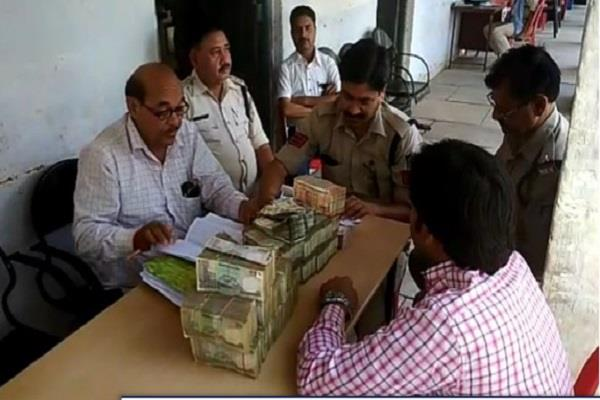 big action of police rs 31 lakhs held by bolero in checking