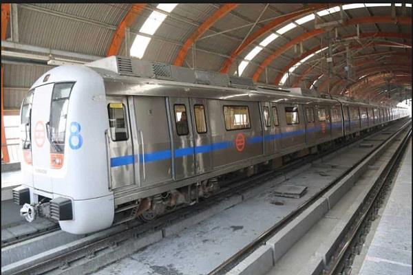 woman sari stuck in metro gate injured