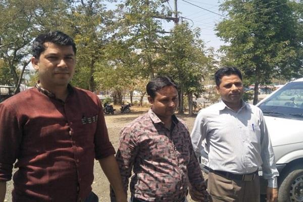 government school accountant cought with bribe by lokhandwala s