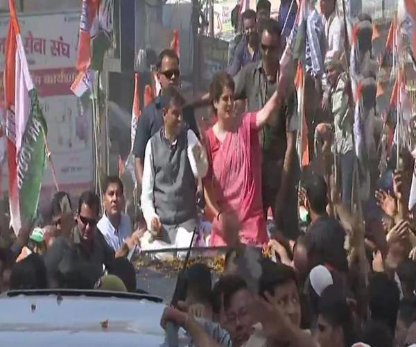 priyanka s roadshow in ruckus sloganeering between congress bjp supporters