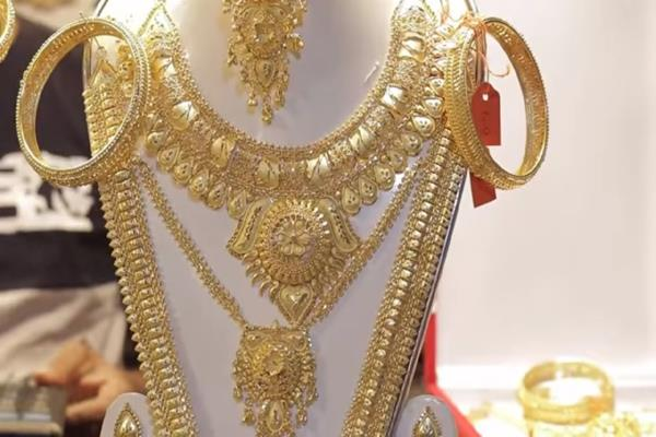 gold falls by rs 120 on muted demand