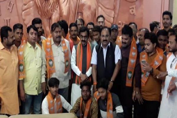 shiv sena shocks including 100 vice president of bjp included in bjp