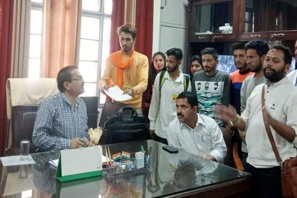abvp sloganeering against college principal
