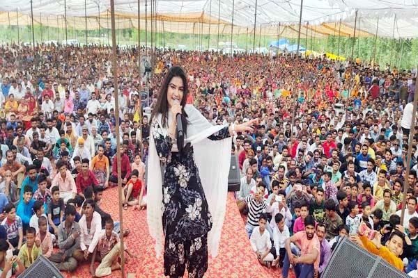 audience danced on songs of kaur b