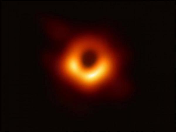 chinese stock image site falsely claims copyright on black hole photo