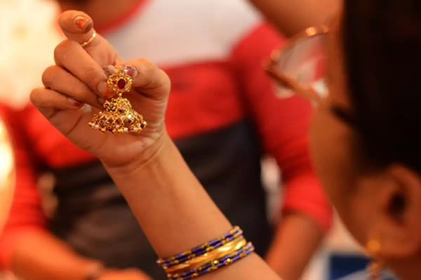 gold rises by rs 100 on jewellers  buying