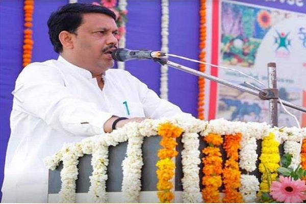 gujarat minister s big talk said  rahul gandhi shakes the cuff like a puppy