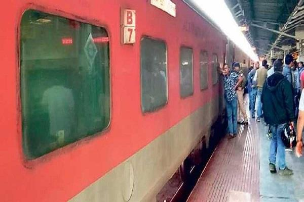 20 pilgrims sick of eating food at railway in delhi bhubaneswar rajdhani