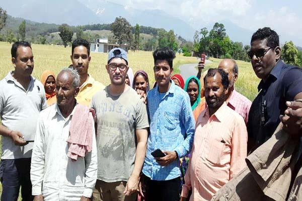 amir khan paused with mnrega workers