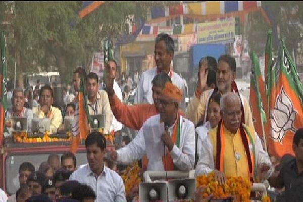 cm s roadshow mp appeals for votes for dharmabir
