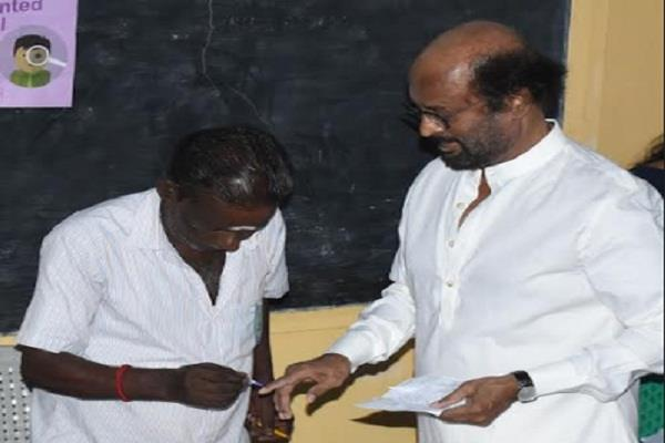 rajinikanth s right hand index finger on the finger
