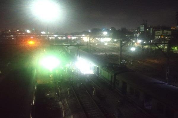 mumbai local train derailed near kurla station no casualties