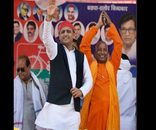 akhilesh came on stage with cm yogi hamashakl