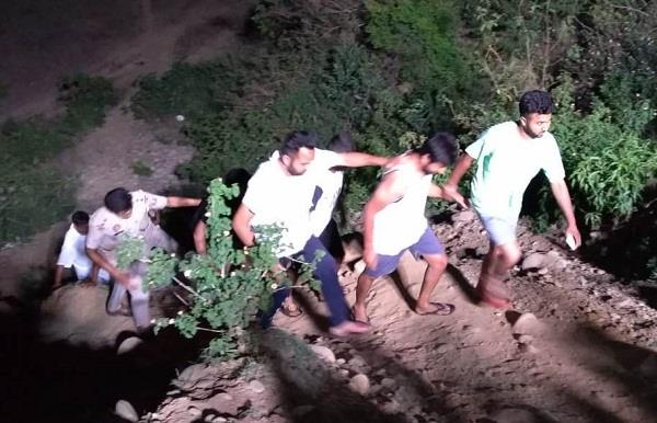 5 youths who came to celebrate a picnic stranded in the river