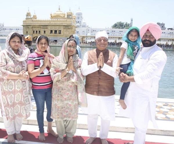 mp santosh chaudhary with family members darbar sahib