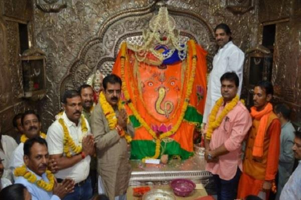 indore candidate lalwani files fir against ganesh murthy in color of bjp