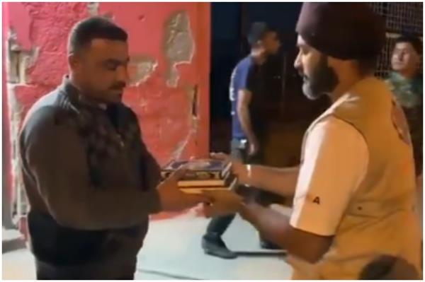 khalsa aid distributes quran in refugee camp in iraq