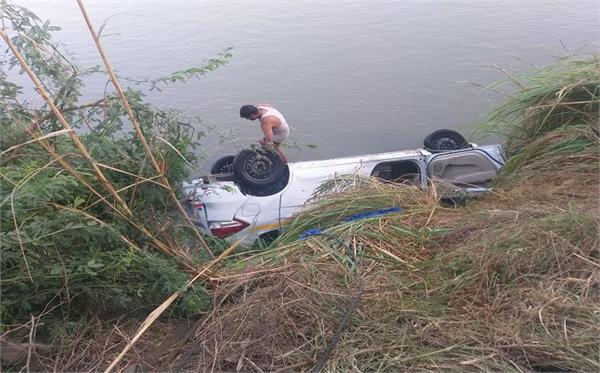 5 people die in car falling in meerut ganganahar