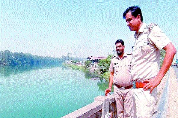 students and students leap in the west yamuna canal confirm the schoolgirl