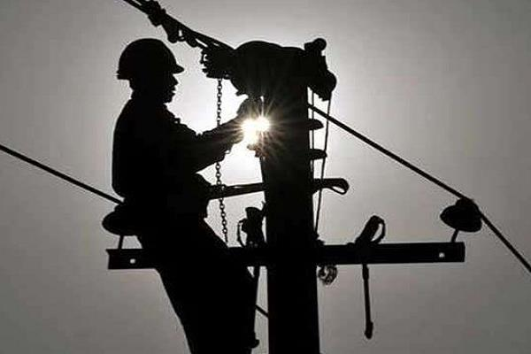 a screaming case in front of scindia s citadel both line of lineman cut