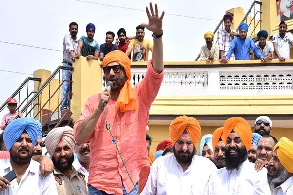 ec issues notice to sunny deol for violating poll code