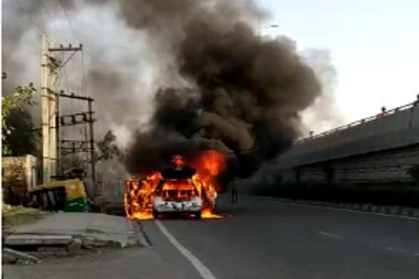 dangerous fire in the running car the driver saved