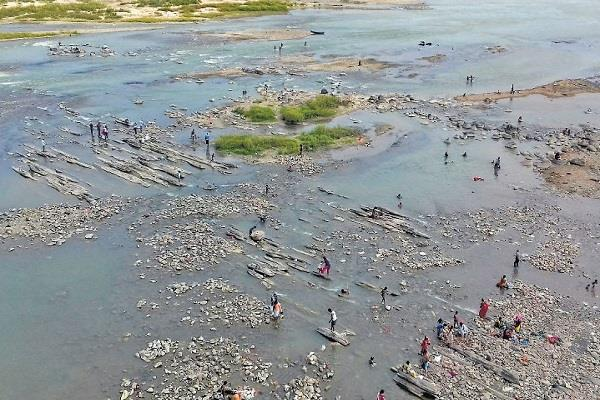 narmada water level dropped people started going through river