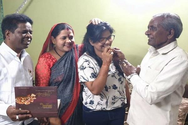 daughter of a clean up employee for the people rs 1 crore scholarship