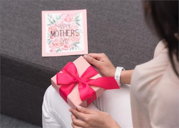 मां ही नहीं, Mother's Day पर सासू मां को भी दें सरप्राइज, गिफ्ट करें ये 8 चीजें
