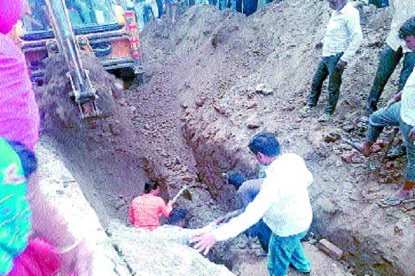 3 laborers drowning from the fall of the soil while laying sewerage pipeline