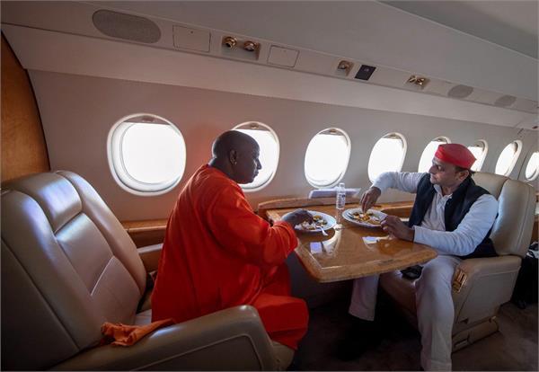akhilesh feeding the yogi
