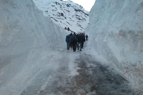 8 centimeter fresh snowfall in rohtang pass