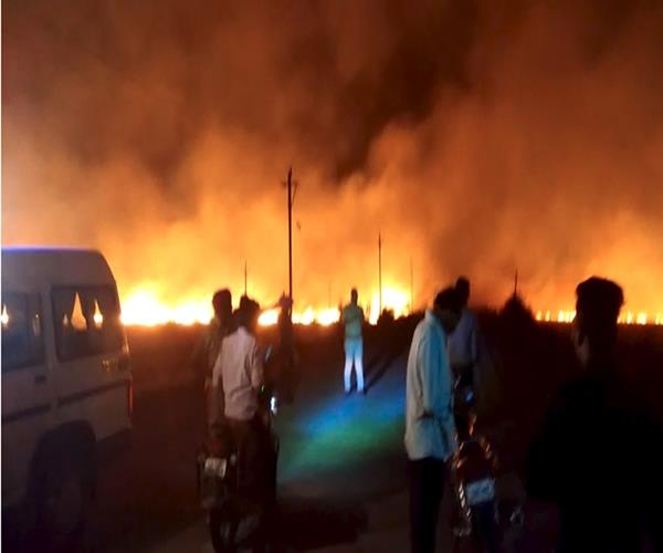 jalaun a fire in a garbage pile blows several houses
