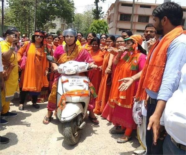 smriti irani rides on the scooter