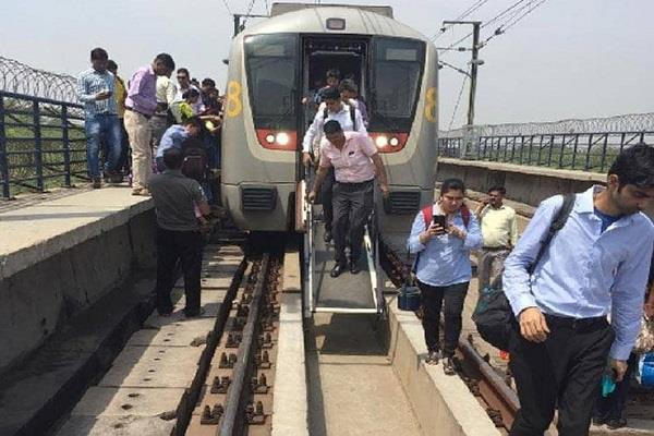 technical glitch disrupts delhi metro services on yellow line