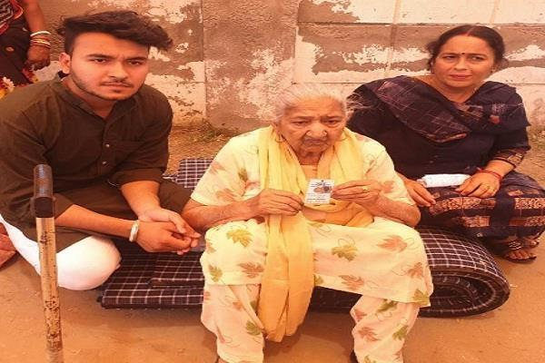 khanna polling booth held by elderly woman