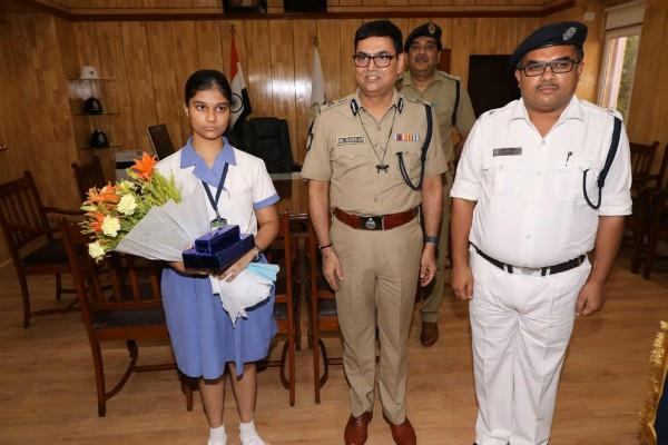 99 25 percent marks in 12th girl made a day dc in kolkata police