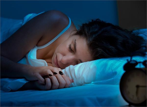 सोते समय अपने आस-पास न रखें ये 5 चीजें, सेहत रहेगी खराब!