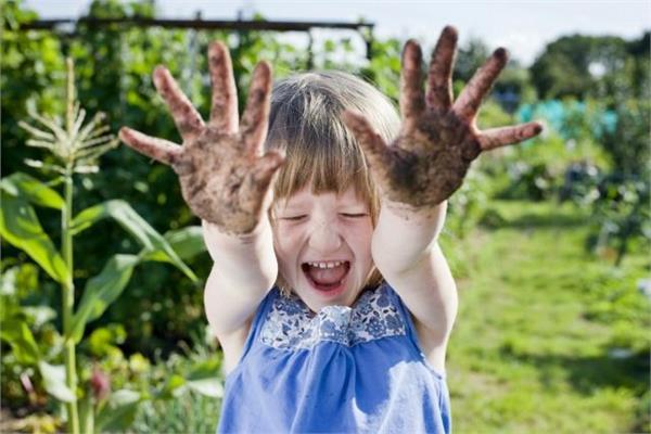 मिट्टी में खेलने से बच्चों को मिलते हैं ये 8 Benefits