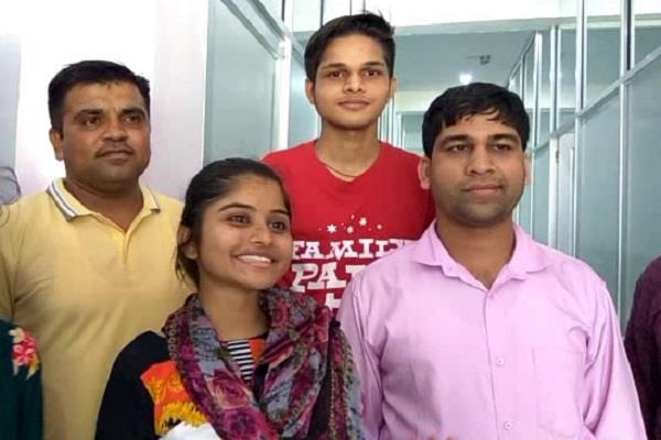 dikhsa topper in 12th exam in commerce stream