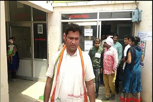 congress state president ashok tanwar visits the polling booths