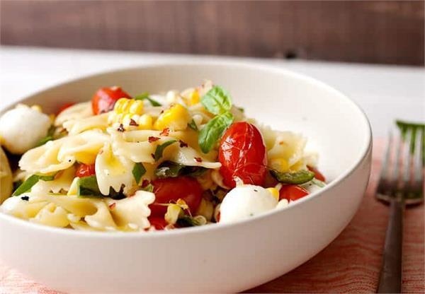 सिंपल नहीं बनाकर खाएं स्पैशल पास्ता टोमॉटो कार्न सलाद