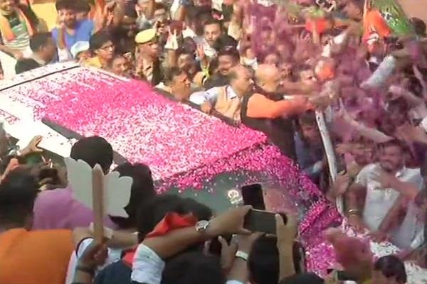 amit shah arrives at bjp headquarters workers win trials