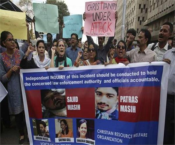 christians protest against destectracion of graves in pak