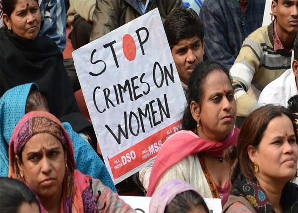 महिलाओं का इंसाफ: जब कोर्ट का गेट तोड़कर 200 औरतों ने दी Rapist को सजा...