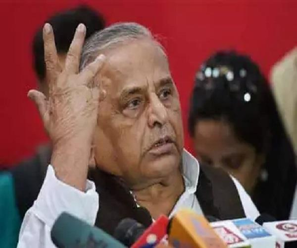 in the meeting mulayam spit on the sp worker