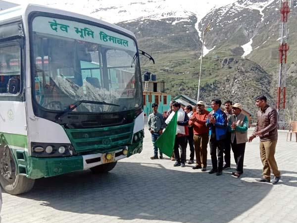 hrtc bus in rohtang pass