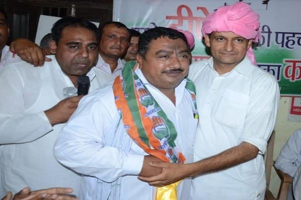 congress candidate dipendra s bike rallies with a warm welcome