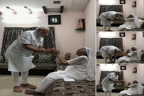 pm modi meets mother s son after tremendous victory