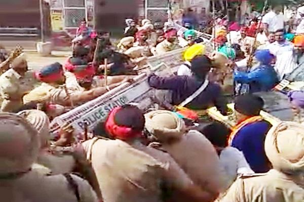 sikh devotees exhibited in front of badal s residence